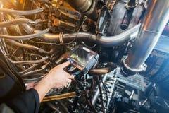 Inspectie van een motor die van de gasturbine een Videoendoscoop met behulp van Zoeken voor tekorten binnen de turbine en het sch stock fotografie