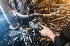 Inspectie van een motor die van de gasturbine een Videoendoscoop met behulp van Zoeken voor tekorten binnen de turbine en het sch stock afbeeldingen