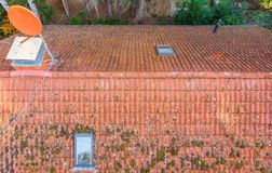 Inspectie van het rode betegelde dak van een ééngezinshuis, inspectie van de voorwaarde van de tegels op het dak van losgemaakt stock afbeelding