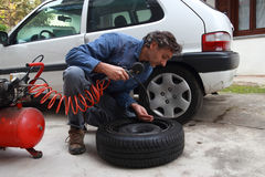 Inspecting the tire pressure Royalty Free Stock Photos