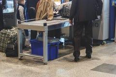 Inspection avant le vol de bagage de ` de passagers image stock