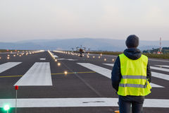 Inspection de bourdon au-dessus de piste d'aéroport avec l'opérateur photographie stock