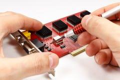 Inspection de carte mère des composants électroniques DVR sur le fond blanc Photographie stock libre de droits