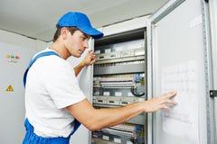 Inspection de travailleur d'électricien Photographie stock libre de droits
