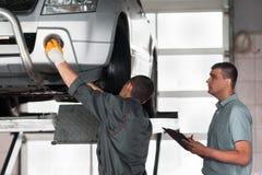 Inspection indépendante de voiture à l'usine photographie stock libre de droits