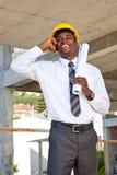 Inspector africano del sitio en el teléfono Fotografía de archivo