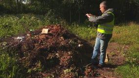 Inspector ambiental en el montón inútil almacen de metraje de vídeo