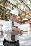 Inspector da construção - revendo notas imagens de stock