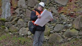 Inspector de construcción con la documentación en las ruinas viejas almacen de metraje de vídeo