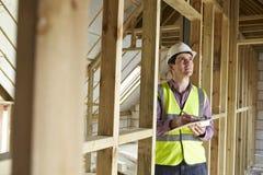 Inspector de construcción que mira la nueva propiedad Foto de archivo libre de regalías