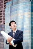Inspector de la estructura que controla trabajos de un emplazamiento de la obra Fotografía de archivo