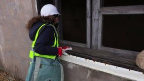 Inspector de la mujer cerca del edificio inacabado metrajes