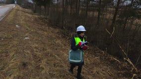 Inspector de sexo femenino de la silvicultura que comprueba derribando arbustos metrajes