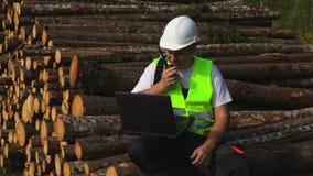 Inspector del bosque que sienta y que usa el Walkietalkie almacen de video