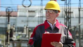 Inspector en la estación del electropower del calor almacen de metraje de vídeo