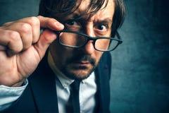 Inspector enojado del impuesto que parece serio y resuelto Fotografía de archivo