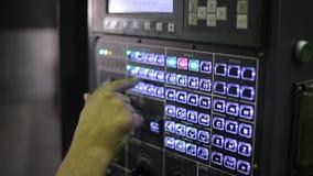 Inspector jefe industrial de la máquina ciérrese para arriba de a almacen de video