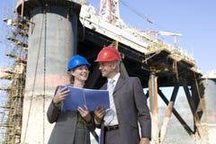 Inspectores de la plataforma petrolera Foto de archivo libre de regalías