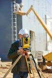 Inspektörarbetare med teodoliten Arkivfoton