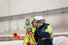 Inspektörbyggmästarearbetare med teodoliten Tobolsk Royaltyfria Foton