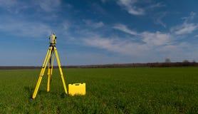 Inspektörutrustning på en tripod i fältet royaltyfri foto