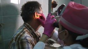 Inspektion des Facharztes für Hals- und Ohrenleiden eine Prüfung am Facharzt für Hals- und Ohrenleiden ` s cou stock footage