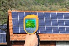 Inspektion eines Solardachs mit Wärmebildkamera stockbilder