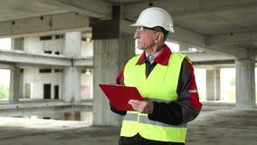 Inspektor auf Baustelle stock video