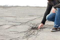 Inspektor kontroluje drogową szkodę z wybojami opierającymi się na mrozie a obrazy stock