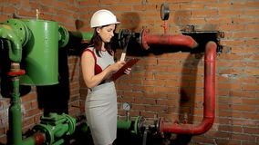 Inspektor mierzy temperaturę grzejna drymba z laserowym pirometrem Nagrywa rezultat na schowku zbiory