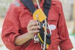 Inspektormann, der Seilzugangsausrüstung zeigt Stockbilder