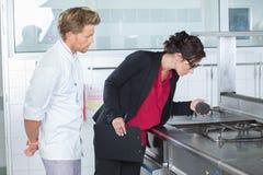 Inspektorska patrzeje benzynowa kuchenka obrazy stock