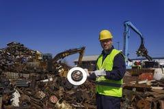 Inspektorskiego chwyta stary samochodowy rotor na junkyard Obraz Stock