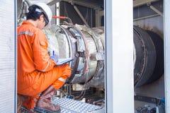 Inspetor da engenharia mecânica que verifica o motor de turbina do gás dentro do cerco do pacote fotografia de stock royalty free