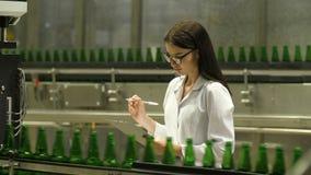 Inspetor que verifica garrafas na cervejaria video estoque