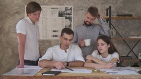 Inspirándose, un grupo de oficinistas que trabajan en horas extras en un dibujo almacen de video