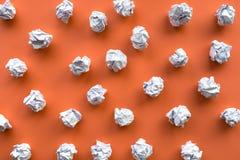 Inspiração da faculdade criadora, conceitos das ideias com a bola amarrotada de papel na cor vermelha imagem de stock royalty free