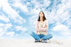 Inspiração de pensamento da jovem mulher, ideia planeando Imagens de Stock