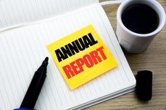 Inspiração do subtítulo do texto da escrita da mão que mostra o informe anual Conceito do negócio para analisar o desempenho escr Imagem de Stock Royalty Free