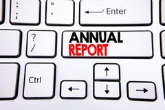 Inspiração do subtítulo do texto da escrita da mão que mostra o informe anual Conceito do negócio para analisar o desempenho escr Foto de Stock