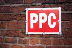 Inspiração do subtítulo do texto da escrita da mão que mostra o PPC - pague pelo Internet SEO Money do significado do conceito do Imagem de Stock