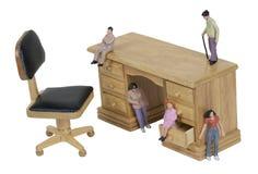 Inspirações pequenas dos povos em uma mesa Imagens de Stock Royalty Free