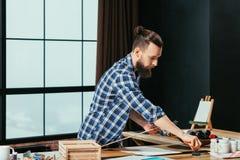 Inspiración barbuda de las herramientas del pintor del lugar de trabajo del artista imagen de archivo libre de regalías