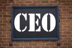 Inspiración conceptual del subtítulo del texto de la escritura de la mano que muestra al CEO del aviso Concepto del negocio para  Foto de archivo libre de regalías