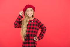 Inspiración del estilo de la boina Cómo lleve la boina como muchacha de la moda Niña del niño con el pelo largo que presenta en s fotografía de archivo