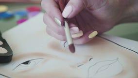 Inspiración: el artista de maquillaje dibuja cara-líneas en el papel de la acuarela almacen de video