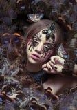 inspiración Mujer con lágrimas y mariposas fantásticas imagen de archivo