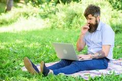 Inspiración para bloguear Blogger inspirador por naturaleza Hombre barbudo con el fondo de la naturaleza del ordenador portátil E imágenes de archivo libres de regalías
