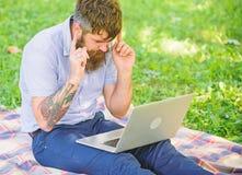 Inspiración para bloguear Buscar la inspiración El hombre barbudo con el ordenador portátil sienta el fondo de la naturaleza del  fotos de archivo libres de regalías
