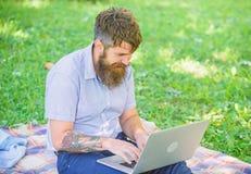 Inspiración para bloguear El Blogger crea el contenido para la red social Blogger inspirador por naturaleza Hombre barbudo fotografía de archivo libre de regalías